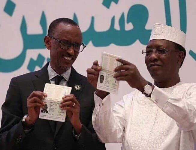 Les présidents Kagame et Déby présentant lle passeport Africain au #27AUSummit